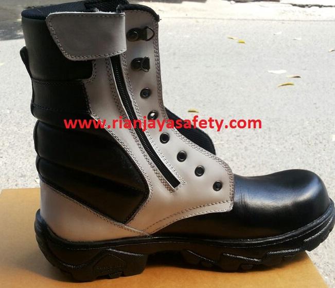 sepatu pdl hitam putih
